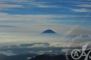 「雲上の富士」